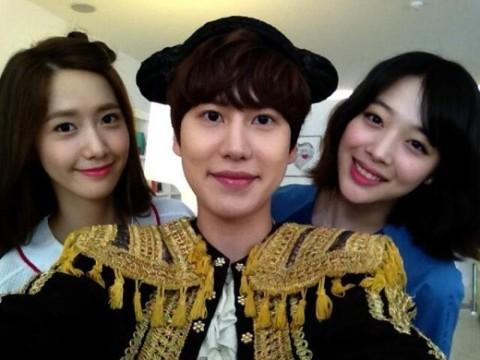 70541-super-junior-kyuhyun-snaps-photo-with-girls-generation-yoona-and-f-x-s
